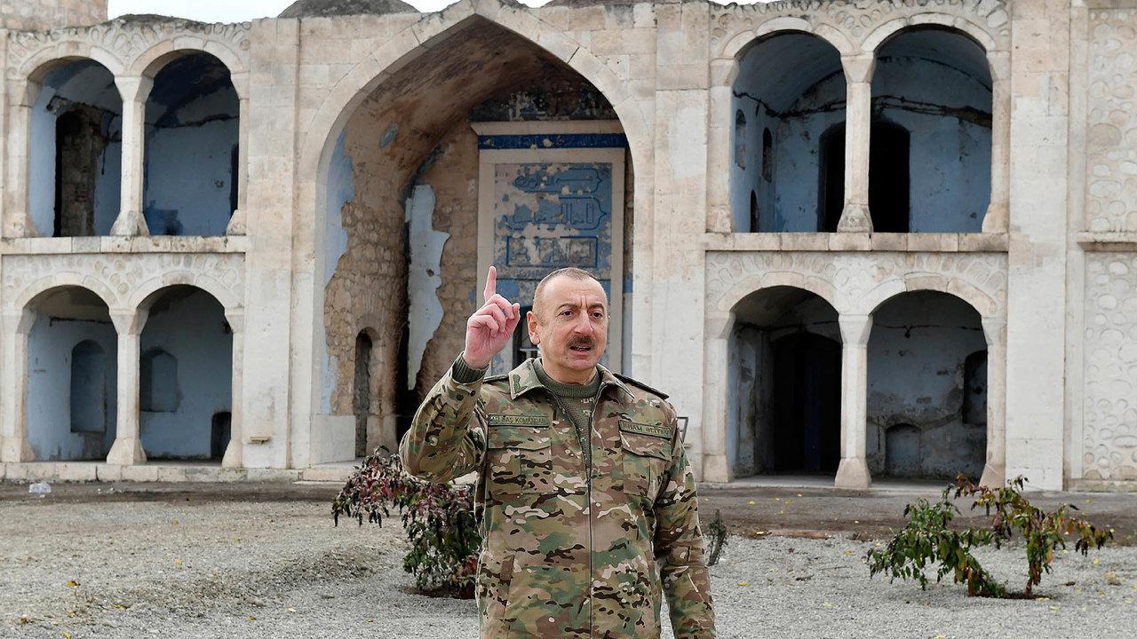Vojenské vítězství Ázerbájdžánu zajistilo stagnujícímu režimu autoritářského prezidenta Ilhama Alijeva novou vlnu podpory. Nasnímku Alijev před poničenou mešitou veznovuzískaném městě Agdam.