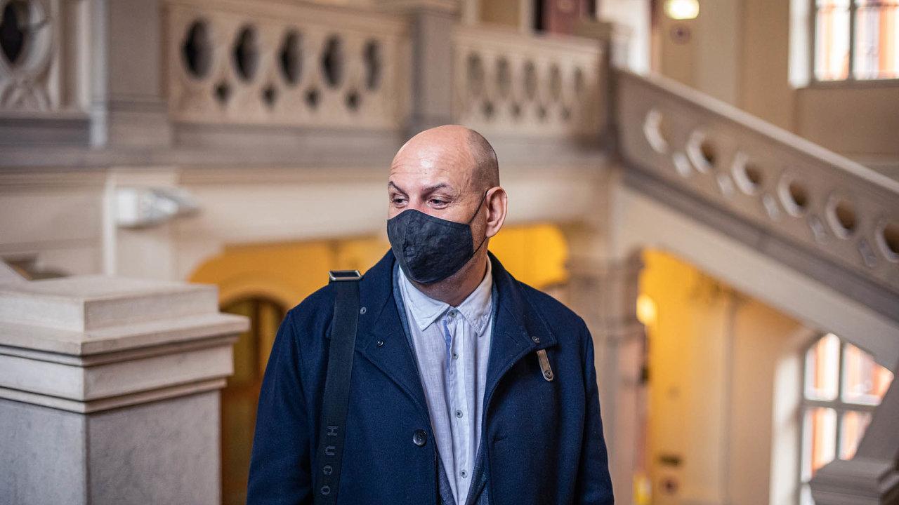 Podnikatel s iráckými kořeny Saman El-Talabani je klíčovým spolupracujícím obviněným, který svědčí v korupční kauze Stoka proti skupině kolem někdejšího vlivného politika ANO Jiřího Švachuly.