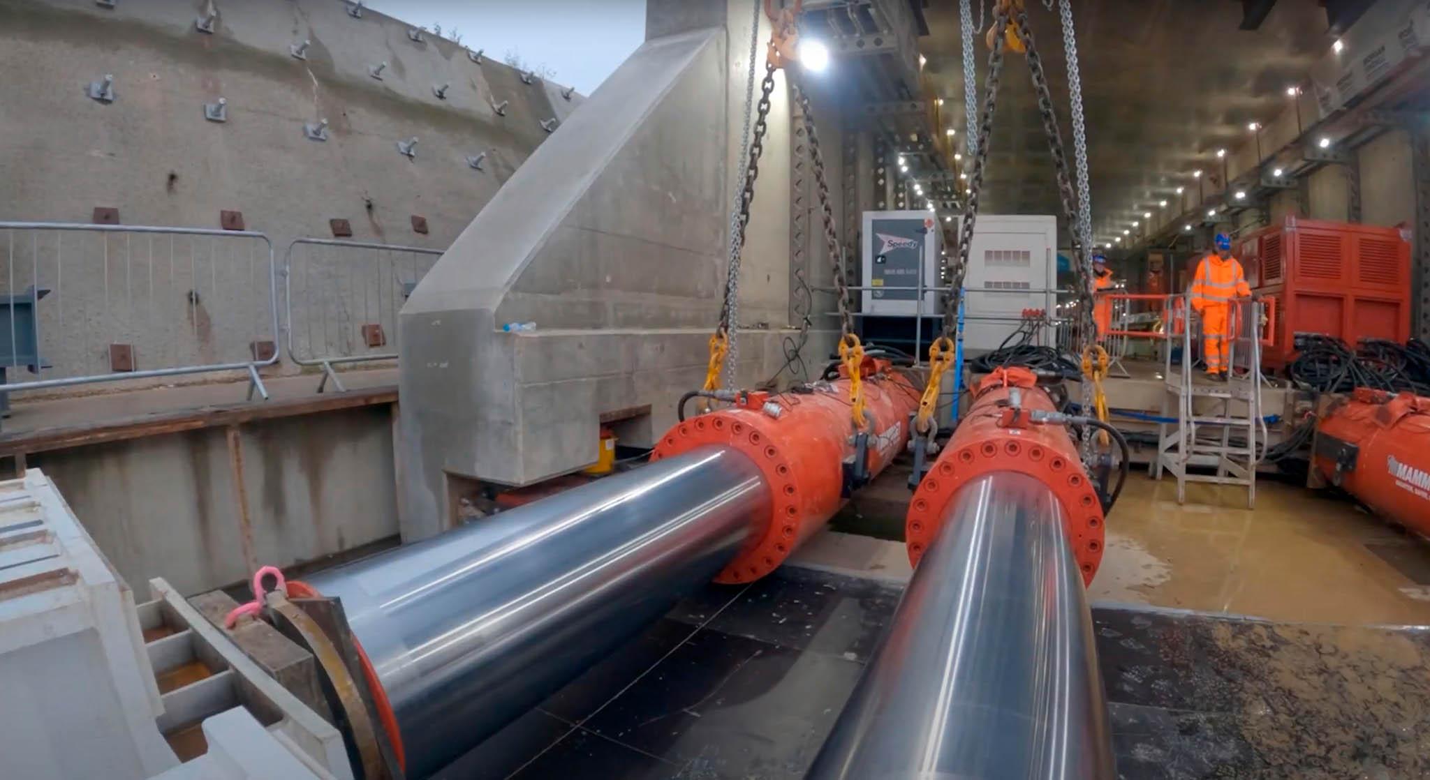 Stavbu popostrkovaly asi osm metrů dlouhé zvedáky: uložené naležato jejich písty tlačily nahranu tubusu atímto způsobem tunel posouvaly rychlostí 1,5 metru zahodinu.