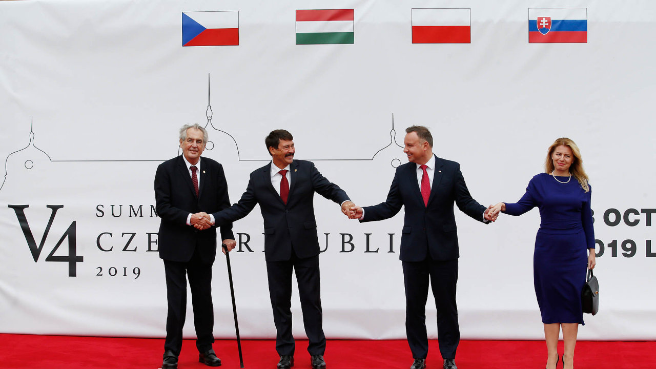 Tenkrát vLánech. Čtyři hlavy zemí Visegrádu: zleva Miloš Zeman, János Áder, Andrzej Duda aZuzana Čaputová. Takto čtveřice pózovala vříjnu 2019 naprezidentském zámku vLánech.
