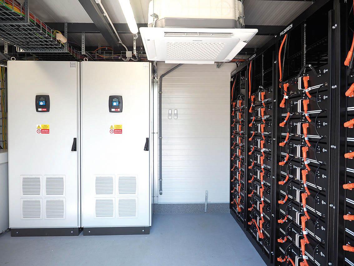 Baterie akumulující elektřinu pro provoz Malfini jsou vtzv. kioscích umístěných zbezpečnostních důvodů mimo budovu skladu.
