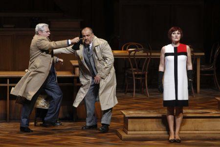 Jochen Schmeckenbecher, Raymond Very a Angela Denoke  v salcburském uvedení Věci Makropulos / Reuters