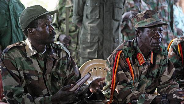 Joseph Kony (vlevo)