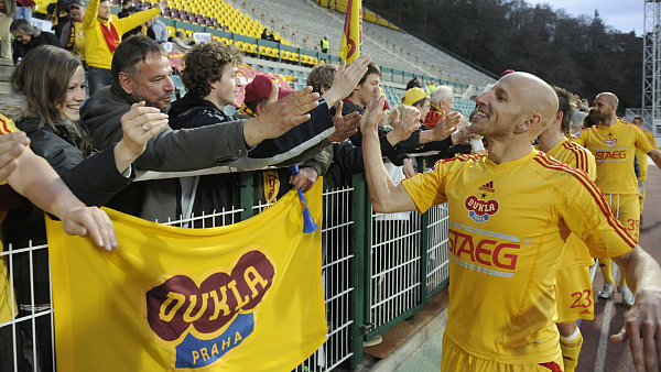 Fotbalisté Dukly Praha slaví výhru