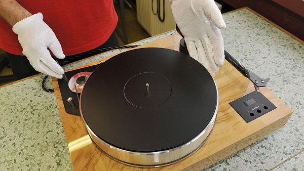 Milovníci hudby, kteří berou gramofonové desky v rukavičkách, by se mohli dočkat dalšího zkvalitnění hudby. HD vinyl slibuje ještě lepší zážitek díky laserům a keramickým plotnám - Ilustrační foto.