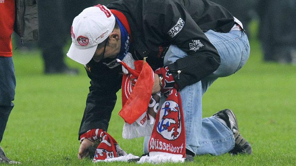 Fanoušek Düsseldorfu si vyřízl kus trávníku