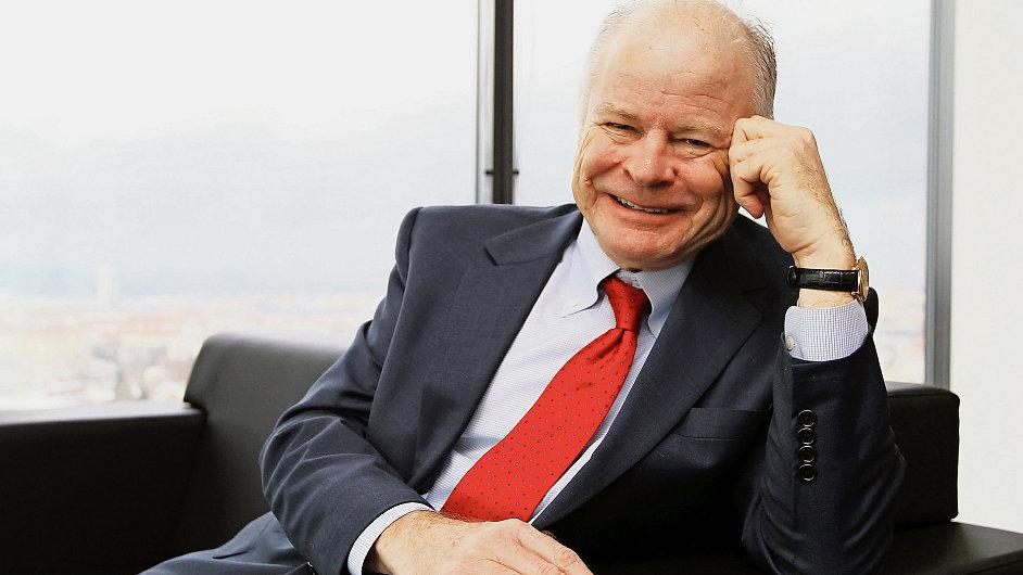 John Carey je vystudovaným historikem, jenž se vrhl do světa byznysu a investování.