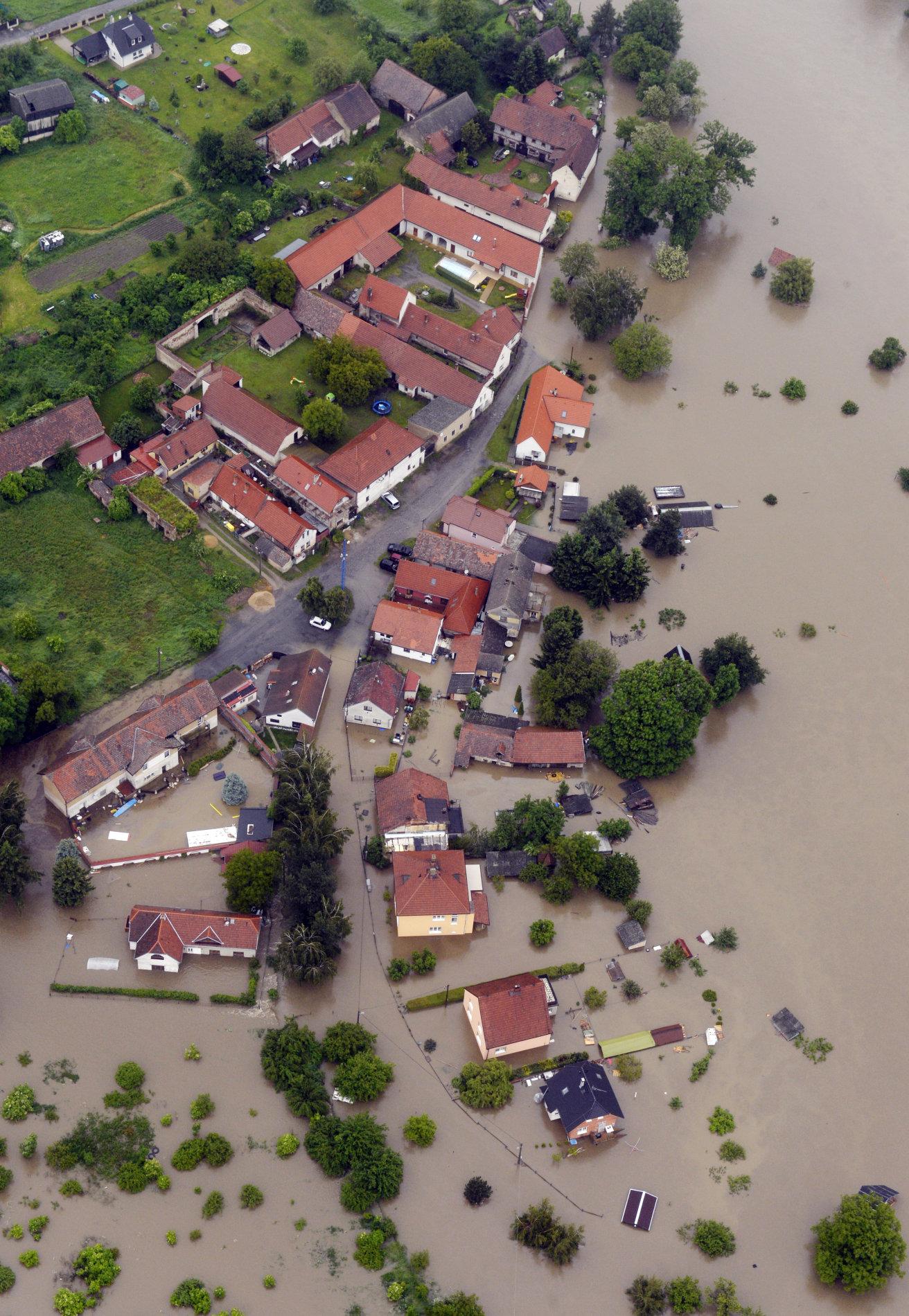 Rozvodněná Vltava zaplavila 3. června část obce Staré Ouholice u Kralup nad Vltavou.