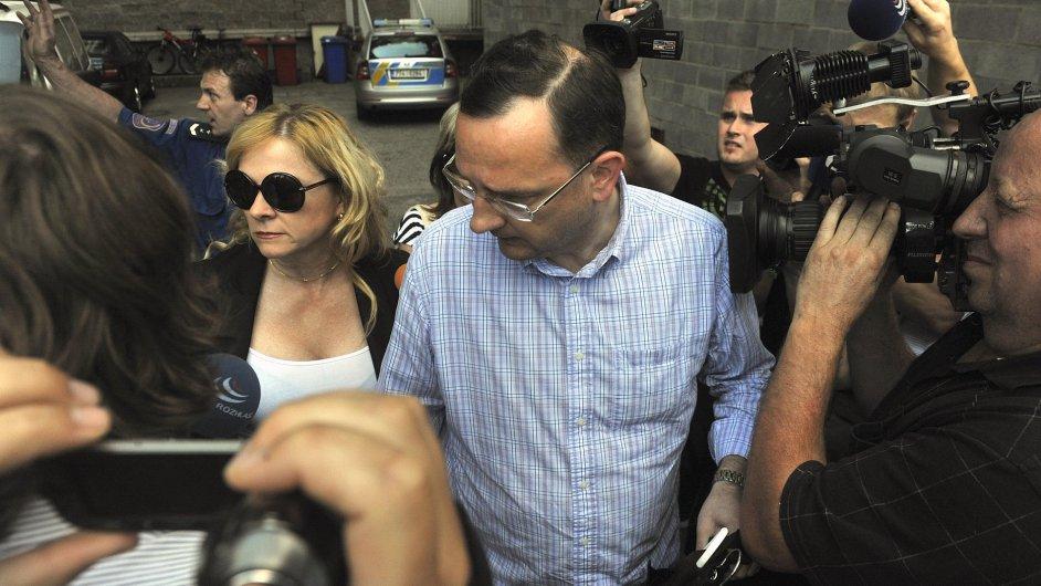 Jana Nagyová opouští vazební věznici po boku partnera a expremiéra Petra Nečase.