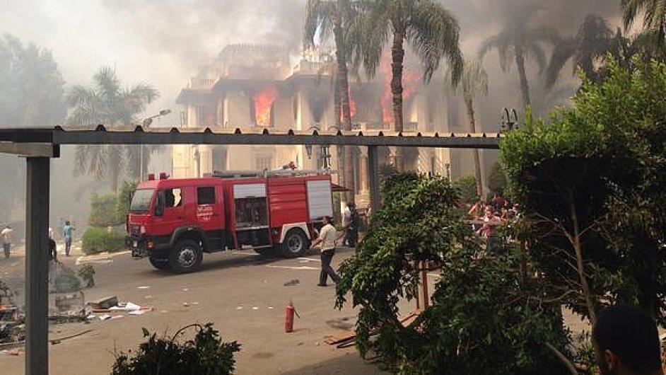 Hořící vládní budova v Káhiře.