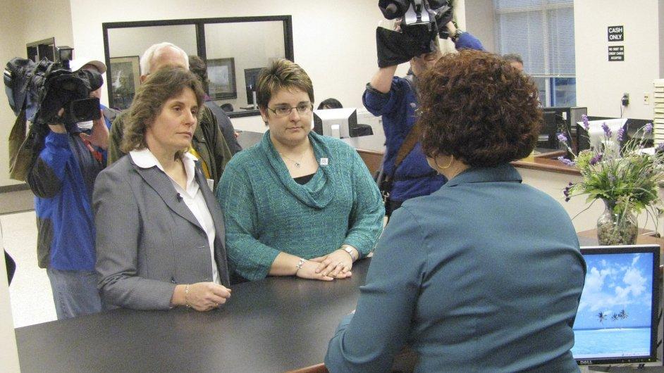 Lesbický pár podává žádost o sňatek v Severní Karolině