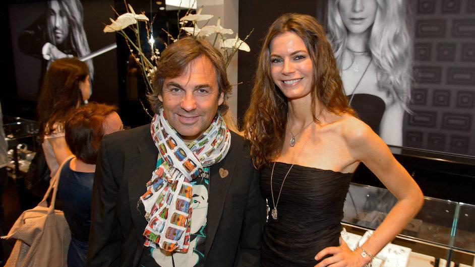 Hohenlohe miluje lyžování a krásné ženy. S rakouskou modelkou Celine Roscheck se nechal vyfotit ve Vídni