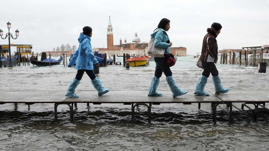 Turisté prochází po lávce v Benátkách, která je málem kvůli silnému dešti zatopená.
