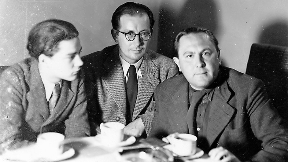 Sedmnáctiletý Ivan Blatný (vlevo) s Josefem Věromírem Plevou a Vítězslavem Nezvalem.