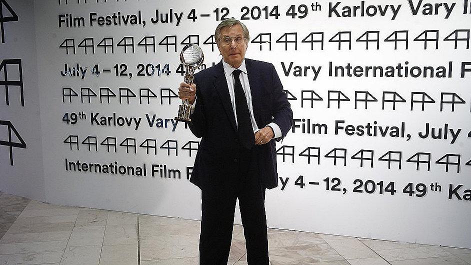 William Friedkin na festivalu pózuje s Křišťálovým glóbem.