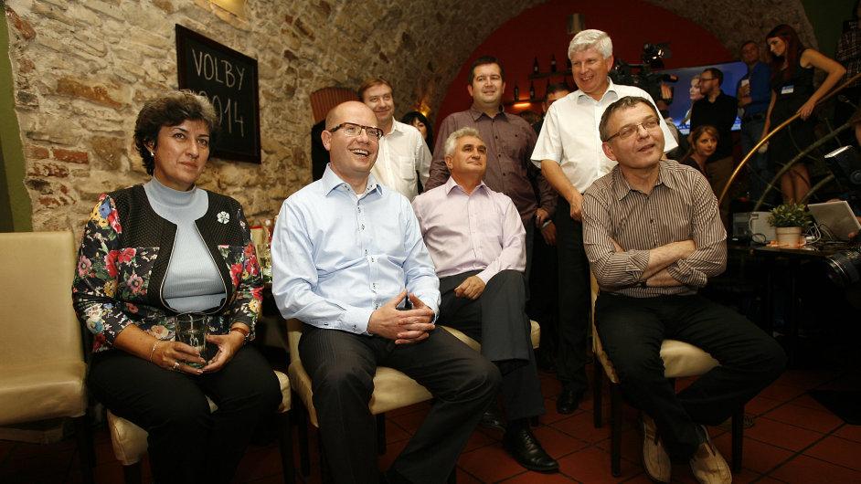 Volební studio ČSSD. Vedení se poté zavřelo před novináři.