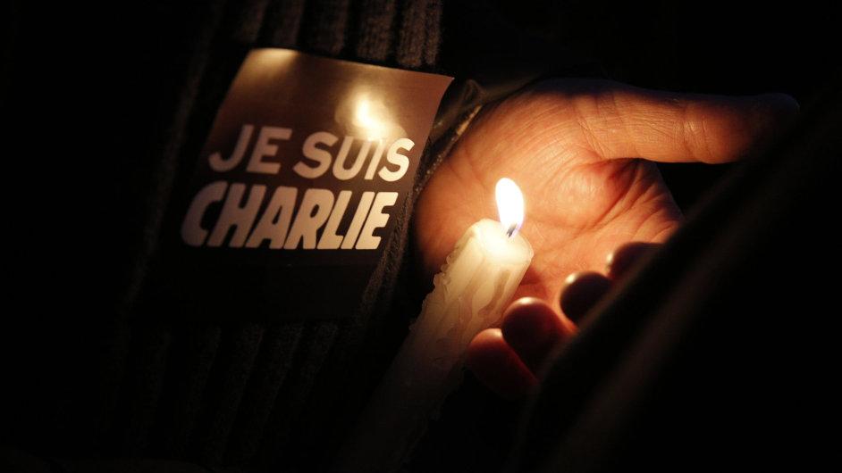 Lidé vyjadřují solidaritu s magazínem Charlie Hebdo.