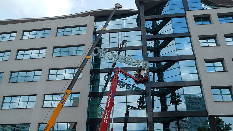 Instalace nového loga společnosti OKSystem na budovu, která firmě patří a kde pracuje větší část jejích zaměstnanců v České republice.