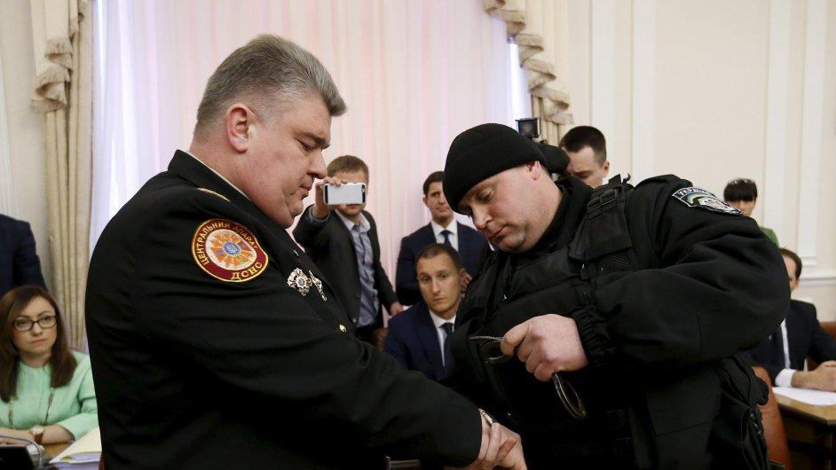 Policista zatýká šéfa záchranářů Serhije Bočkovského.