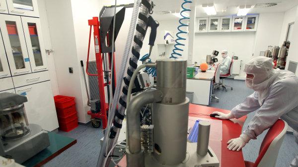 Čisté prostory. Výroba mikroskopů ve firmě Tescan. I prach by mohl uškodit.