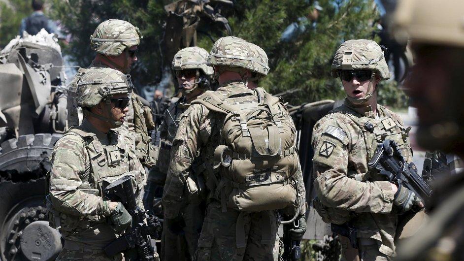 Americké jednotky v Afghánistánu monitorují místo, kde došlo k útoku sebevražedného atentátníka.