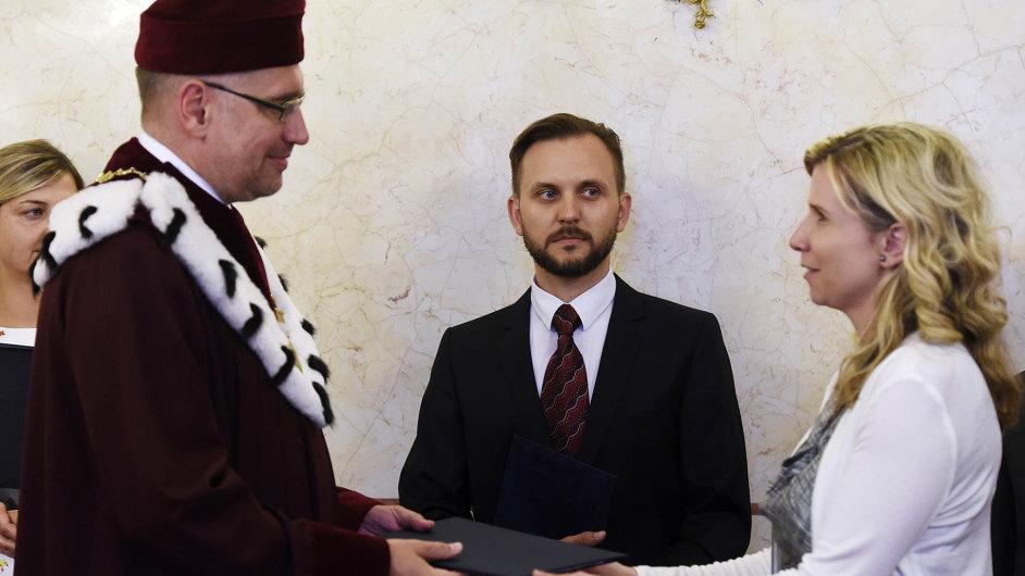 Rektor brněnské Masarykovy univerzity Mikuláš Bek (vlevo) převzal 23. července v Praze jmenovací dekret od ministryně školství Kateřiny Valachové (vpravo).