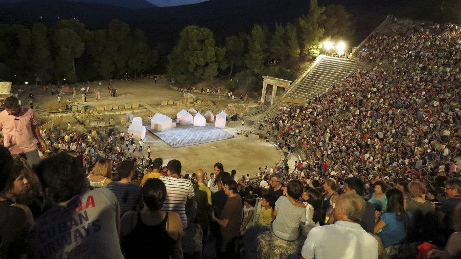 Snímek z inscenace Aristofanova 2400 let starého Ženského sněmu v amfiteátru Epidaurus.