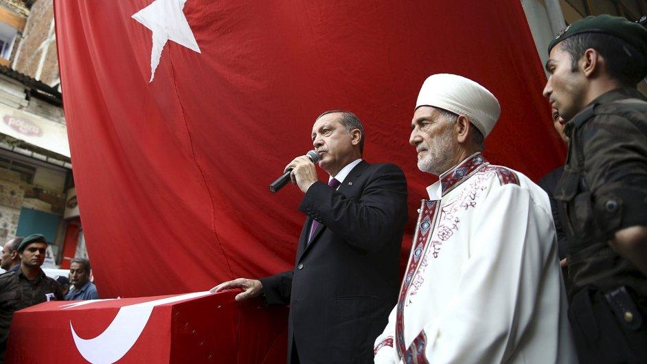 Turecký prezident Recep Tayyip Erdogan u rakve policisty, který zemřel po útoku PKK.