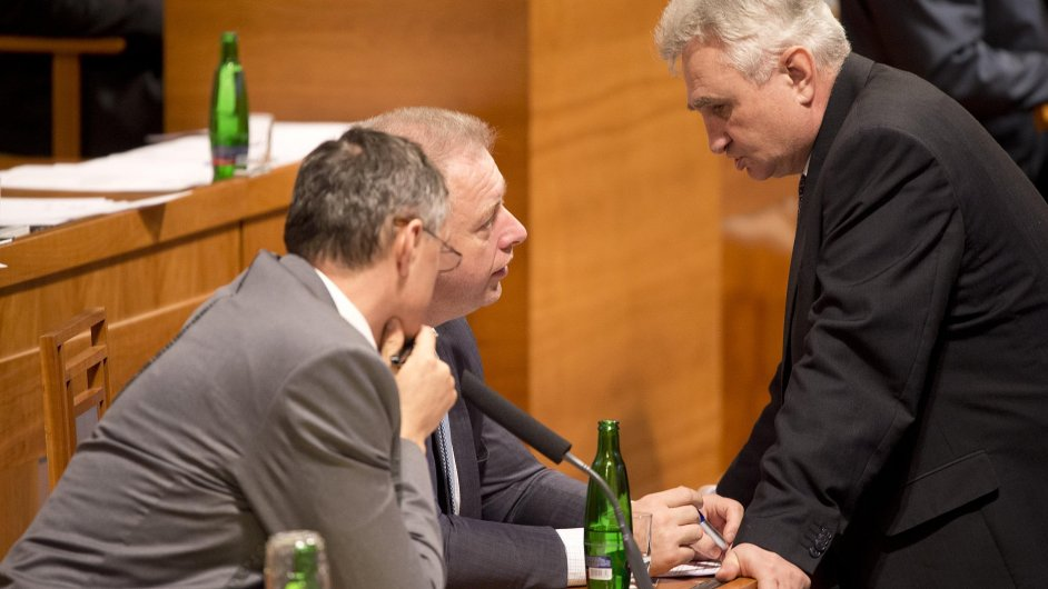 Předseda Senátu Milan Štěch (vpravo) hovoří s ministrem vnitra Milanem Chovancem, který přednesl informaci vlády o bezpečnostních rizikách pro Českou republiku po teroristickém útoku v Paříži.