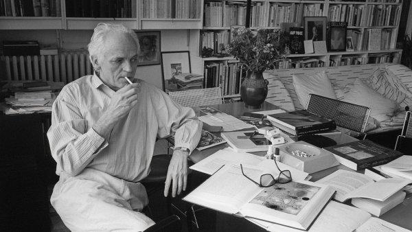 Alain Jouffroy ve svém pařížském bytě na snímku z května 1986.