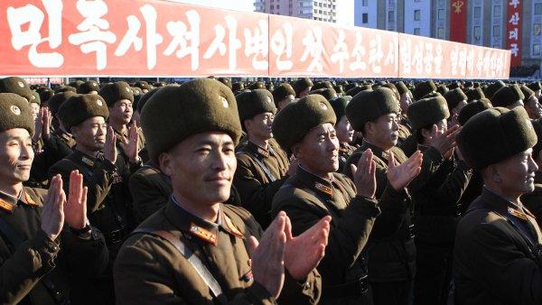 Severokorejští vojáci s nadšením přivítali údajně úspěšný test vodíkové bomby. Nyní KLDR prý uskutečnila test další - Ilustrační foto.