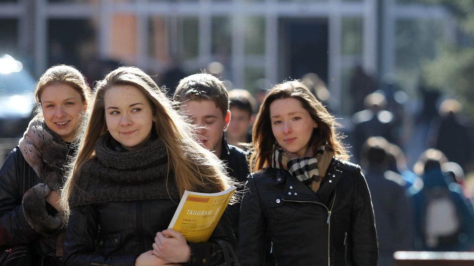 Problém bude isekonomy. Říkalo se, že absolventů ekonomických škol je dost. Zapár let ale stačit nebudou.