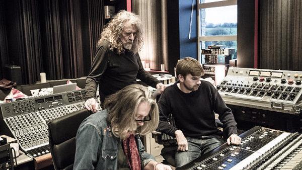 Robert Plant ve studiu p�i nat��en� EP The Long Road.