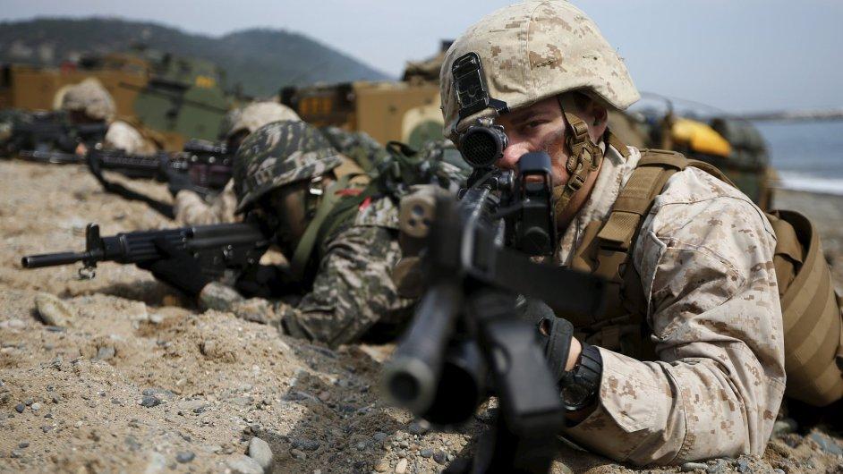 Vojáci USA a Jižní Korei při vojenských manévrech