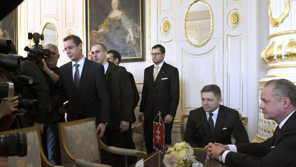 Prezident Andrej Kiska (vpravo) p�ijal v Bratislav� p�edsedu v�t�zn� strany Sm�r-SD a premi�ra Roberta Fica a pov��il jej sestaven�m nov� vl�dy.