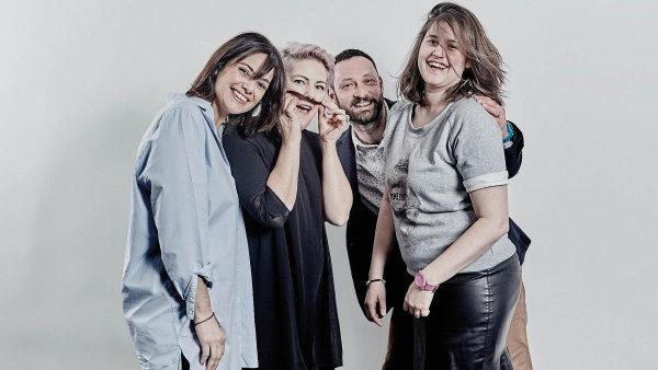 Alchymisté. Zleva Francesca Fabriciová, Štěpánka Pivcová, Oldřich Bajer a Pavlína Louženská