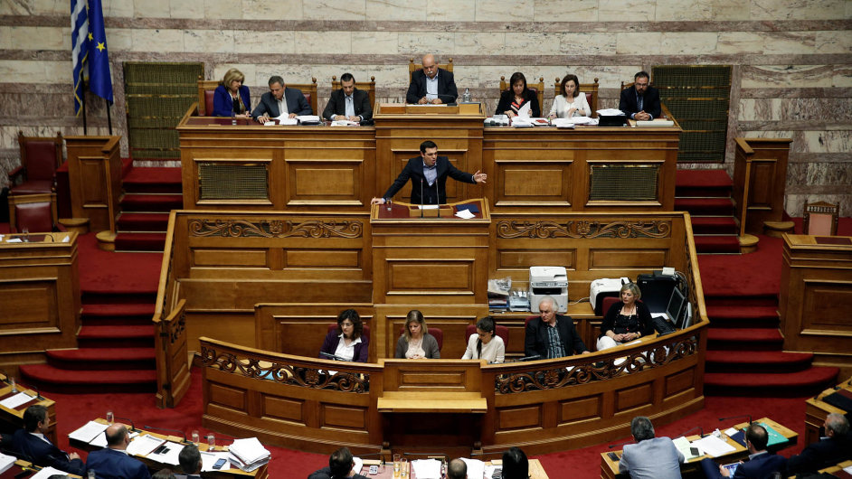 Řecký parlament uprostřed protestů přijal klíčové reformy penzijního systému a daní z příjmů.
