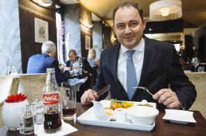 �esko-indick� variace: ��f Coca-Coly Tom� Gawlowski m� r�d asijsk� j�dlo. Restaurace V Z�ti�� byla jasn� volba