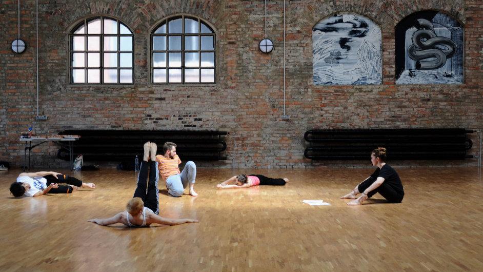 Snímek ze zkoušky nové taneční opery Petra Kotíka, která se inspiruje Shakespearem i Picassem.
