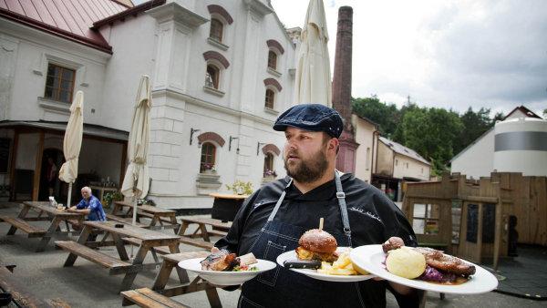 Před pěti lety otevřený pivovar vÚněticích vsadil natradiční chuť českého piva amísto svrchně kvašených speciálů vaří tradiční desítku advanáctku, které dodává do90podniků v Praze a okolí.