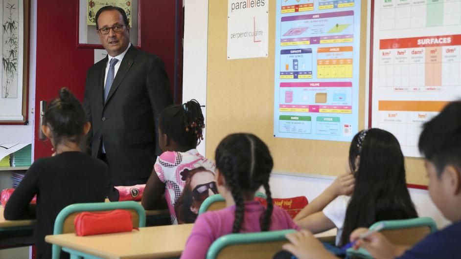 Kdo je připraven? Zkontrolovat žáky nazákladní škole vOrléans přišel 1. září ifrancouzský prezident Francois Hollande.