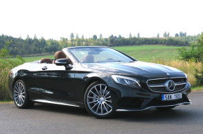 Velký Mercedes bez střechy umí z jízdy udělat událost
