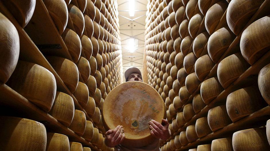 Svět plný parmezámu. Toho pravého italského se loni doČeska dovezlo 588 tun - Ilustrační foto.
