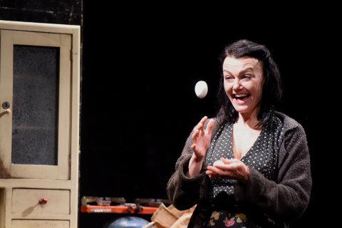 Snímek z inscenace Krásky z Leenane v Divadle Petra Bezruče.