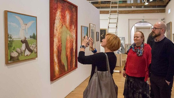 Na snímku jsou kurátoři ze zemí Visegrádu na prohlídce Trojlodí Muzea umění Olomouc.