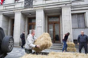 Sedlák Rada zablokoval slámou vchod do budovy ministerstva financí. Babiši, zaplať, křičel
