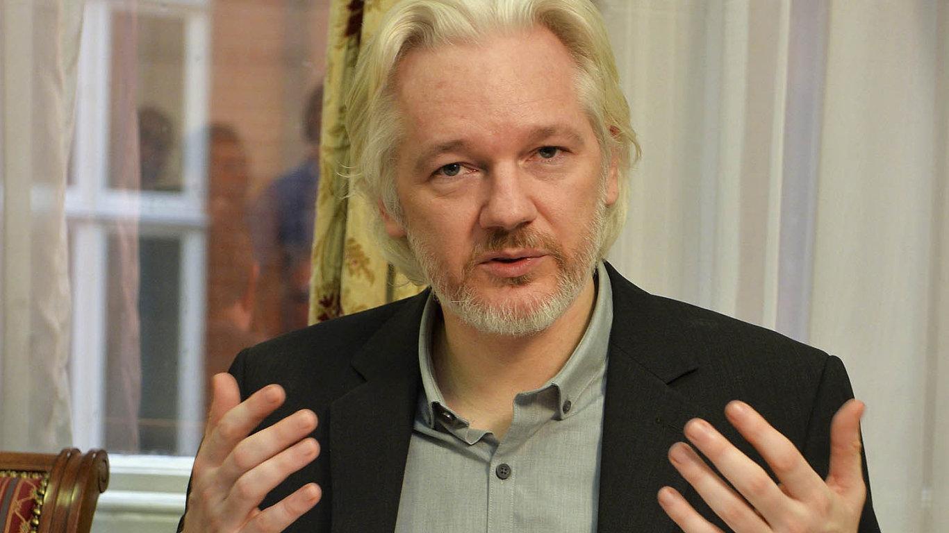 Julian Assange přebývá od roku 2012 na Ekvádorské ambasádě v Londýně.