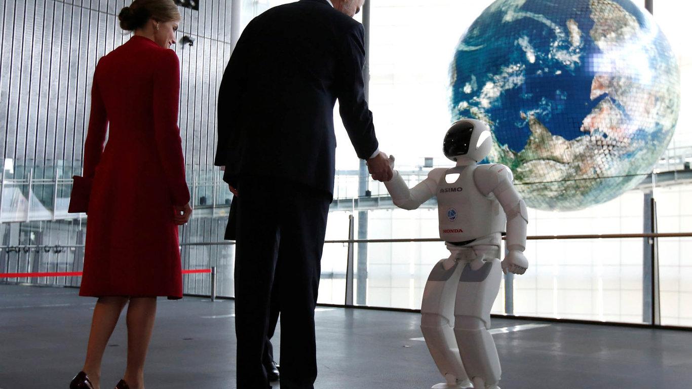 Symbolické setkání staleté tradice avizionářské budoucnosti. Španělský královský pár, Filipa VI. ajeho manželku Letizii, uvítal během návštěvy japonského muzea vědy ainovací Miraikan robot Asimo.
