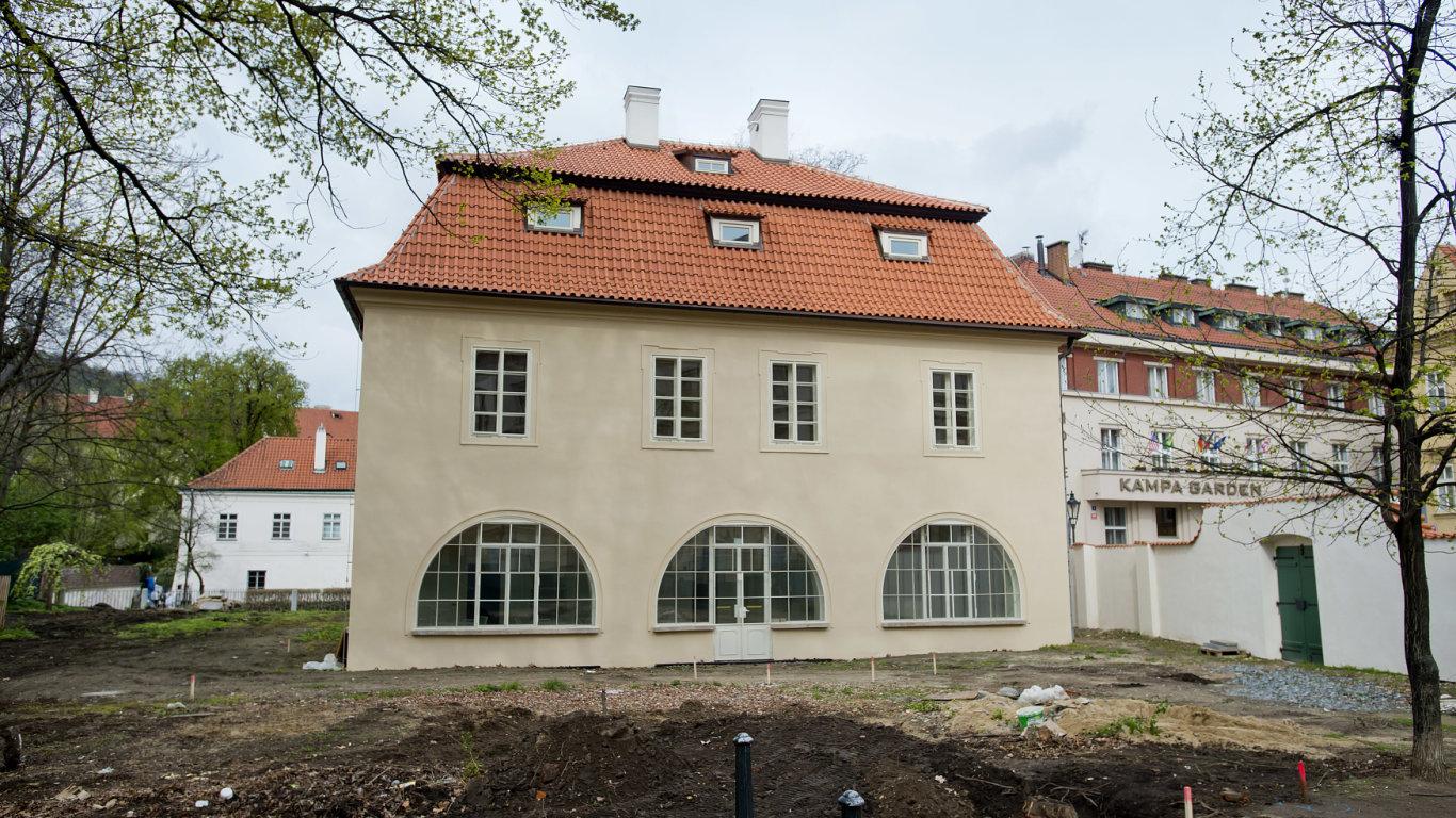 Werichova vila chátrala od povodní v roce 2002.