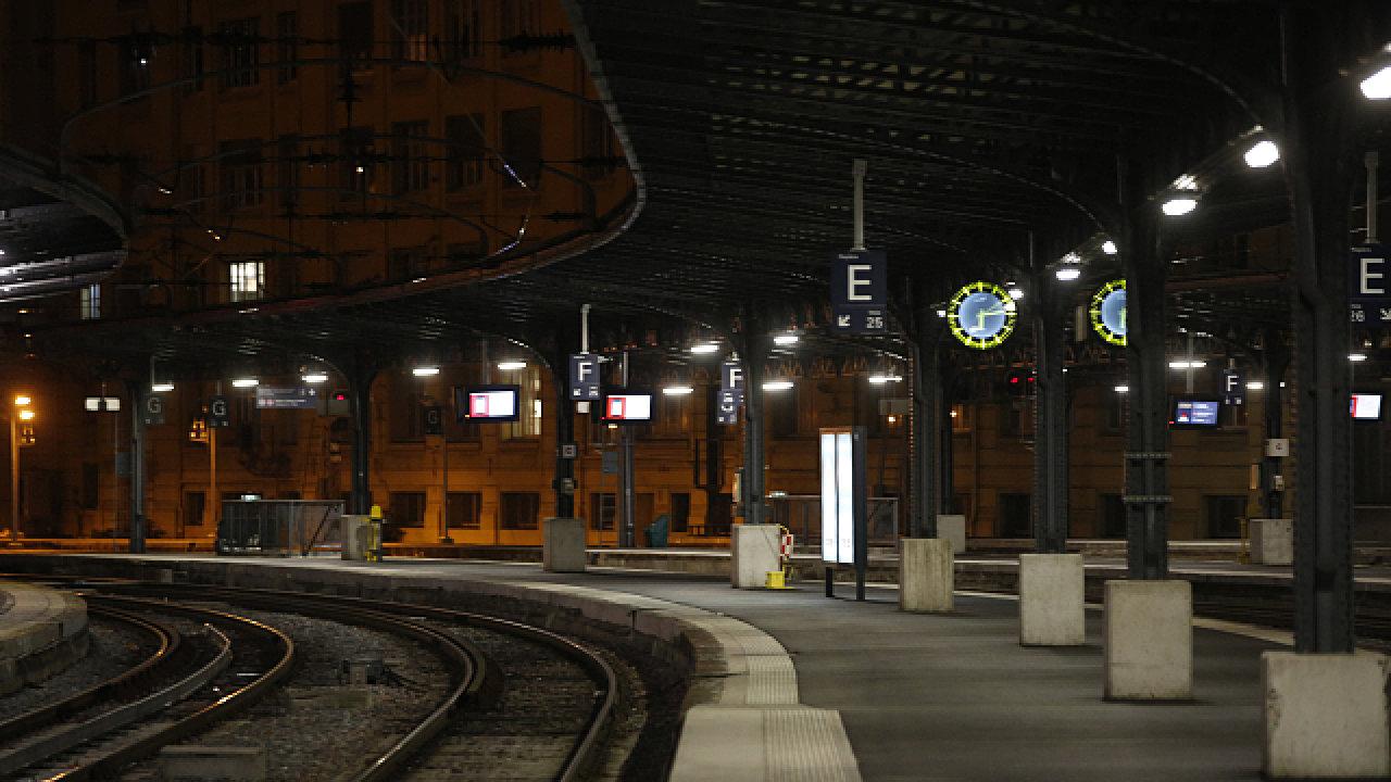 Mnohá nádraží ve Francii v úterý ráno zela prázdnotou.